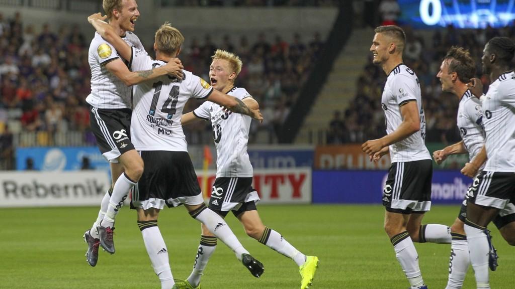 Alexander Søderlund gratuleres av lagkameratene etter at han ga Rosenborg ledelsen 2-0 i bortemøtet mot Maribor sist onsdag.
