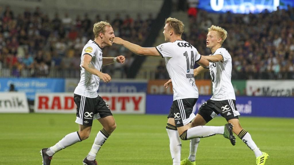 Alexander Søderlund gratuleres av Gjermund Åsen og Birger Meling etter å ha gitt Rosenborg 2-0 ledelse i forrige onsdags bortekamp mot Maribor, en kamp Rosenborg tilslutt vant 3-1.