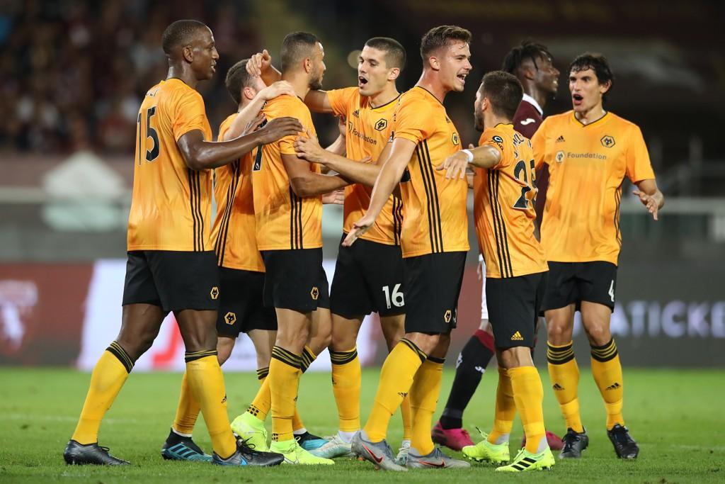 Wolverhampton -spillerne feirer 1-0-scoringen til Romain Saiss mot Torino. I dag skal de forsøke å ta sesongens første seier i Premier League.