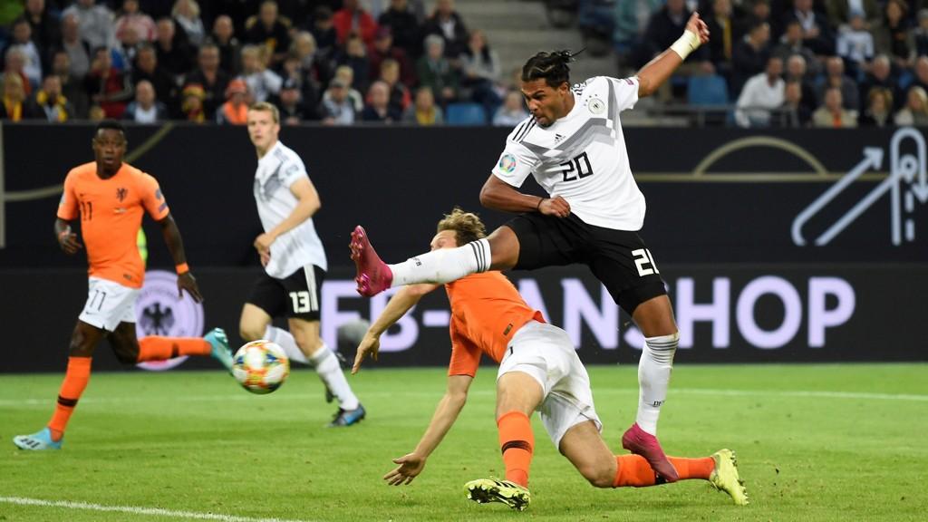 Bayern München-spilleren Serge Gnabry er en av nye spillerne som Joachim Löw nå bygger sitt Tyskland rundt. Fredag sendte Gnabry Tyskland i ledelsen hjemme mot Nederland, men det endte tilslutt med 2-4 tap for Tyskland.