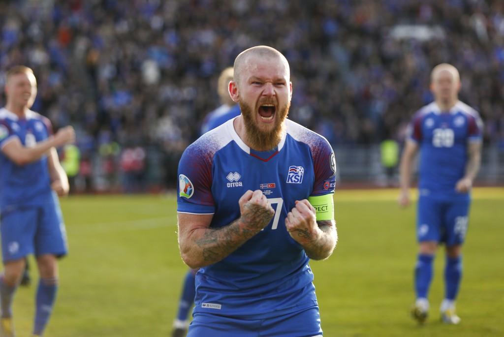 Island-kaptein Aron Einar Gunnarsson jubler hemningsløst etter 2-1-seieren mot Tyrkia på hjemmebane. Tirsdag tror vi de islandske spillerne får mer å feire når de møter Albania på bortebane.