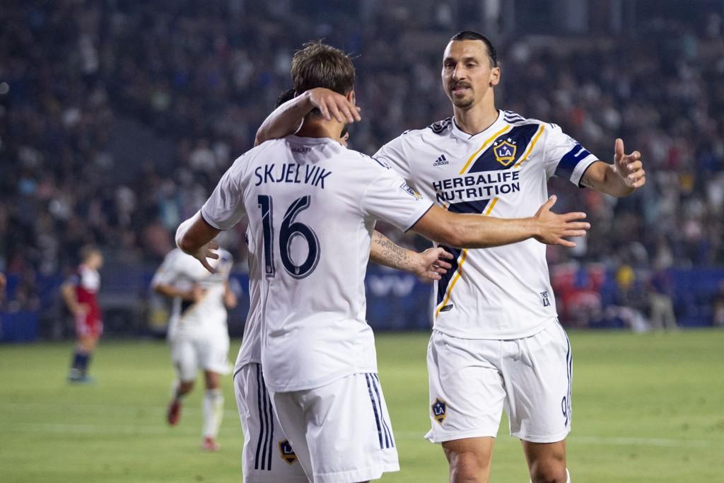 Zlatan Ibrahimovic gratuleres av norske Jørgen Skjelvik etter sin scoring mot Dallas.