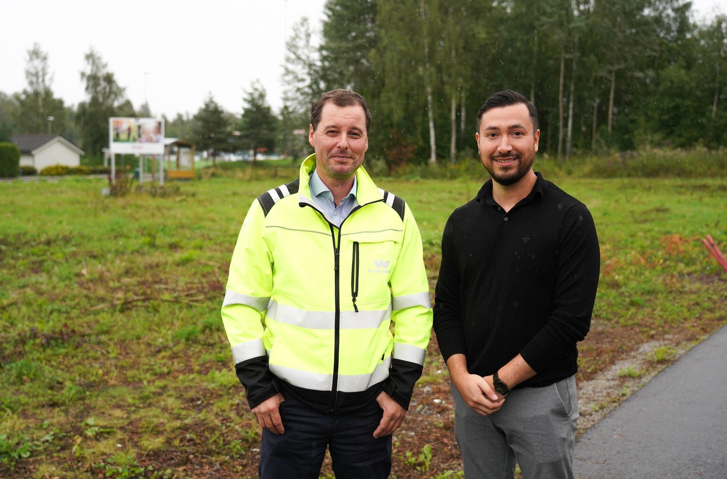 På denne tomta settes spaden snart i jorda for 12 eksklusive boliger. Prosjektleder Odd-Egil Engh og prosjektselger Jhon Nesset i Block Watne er spente på prestisjeprosjektet.