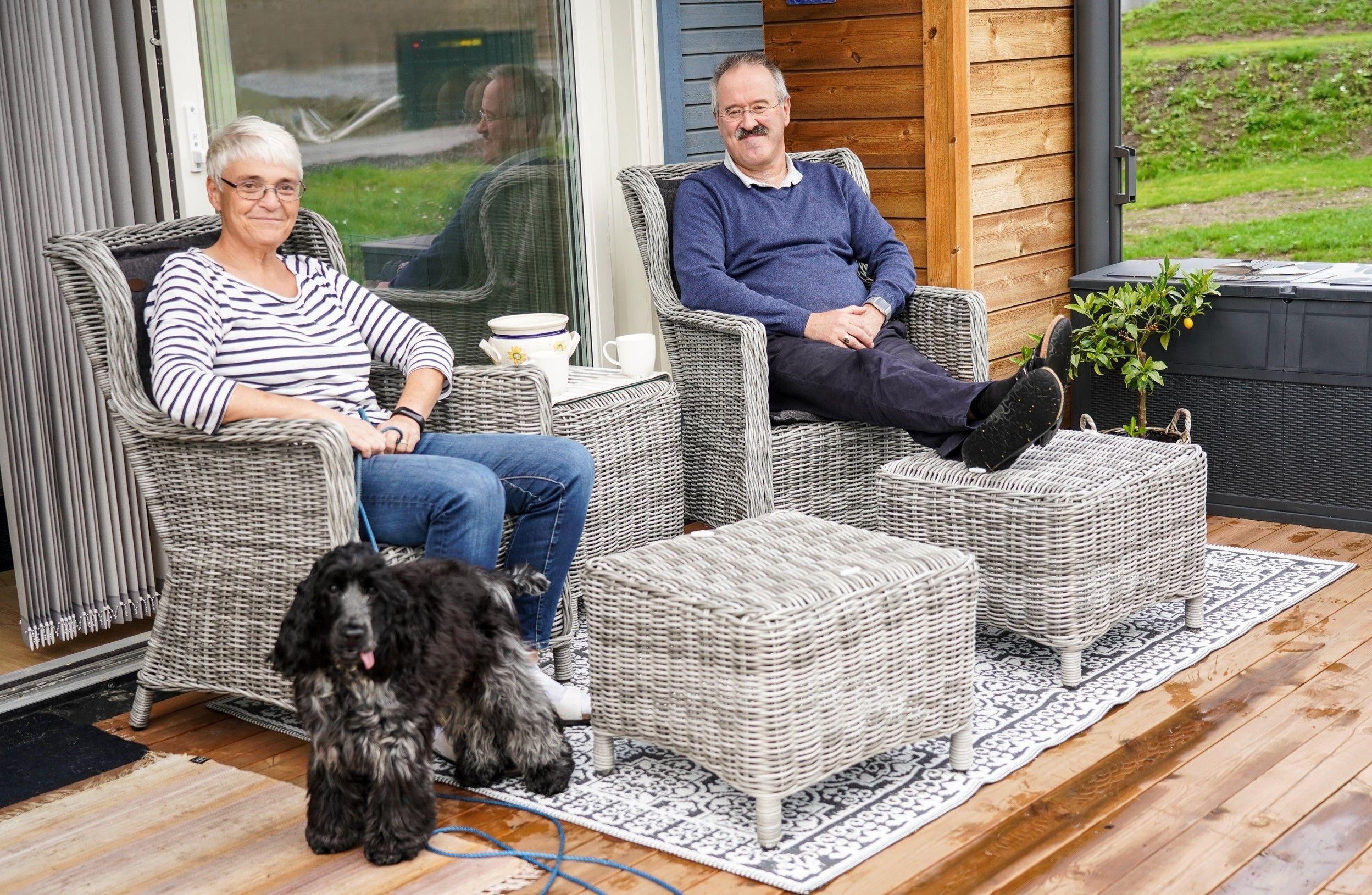 Anne og Knut Lindmo stortrives i på Tanberglia sammen med cocker spanielen Enzo.