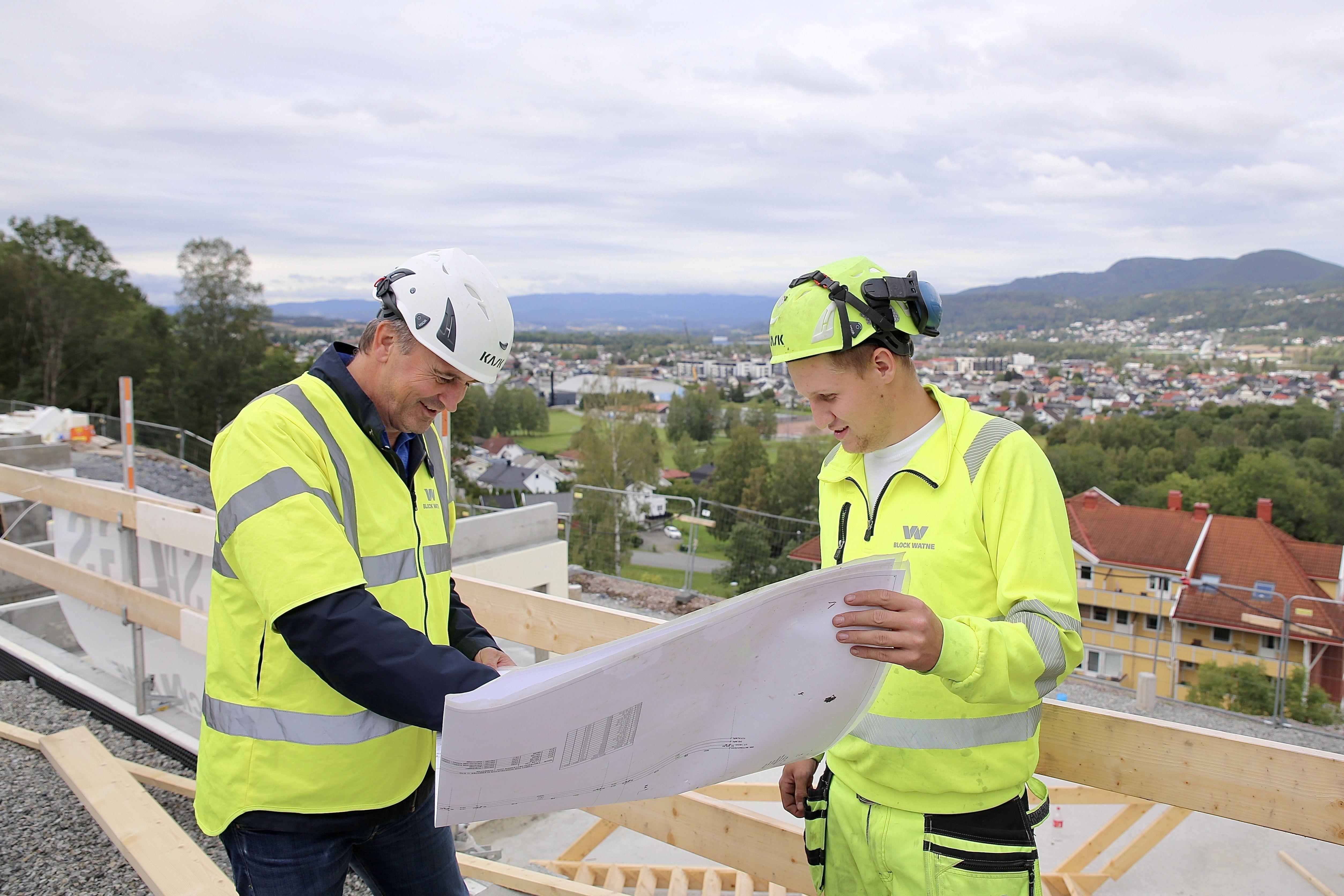 MJØNDALEN: Espen Oland (t.v.), salgskonsulent i Block Watne, og tømrer Preben Solberg betrakter tegningene til de nye boligene.