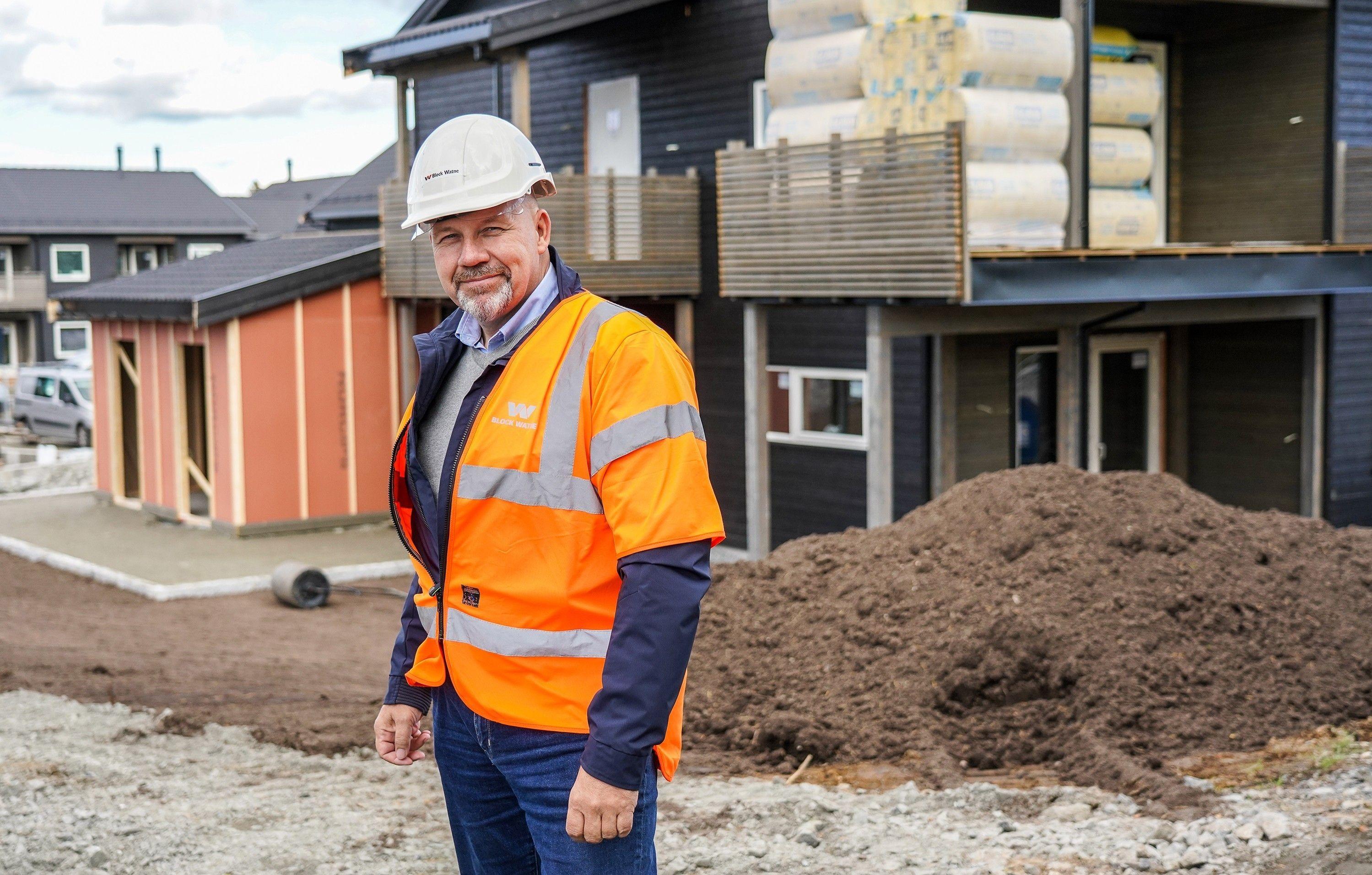 Salgskonsulent Pål Westgaard i Block Watne foran de nye boligene som bygges på Eltonåsen Syd.