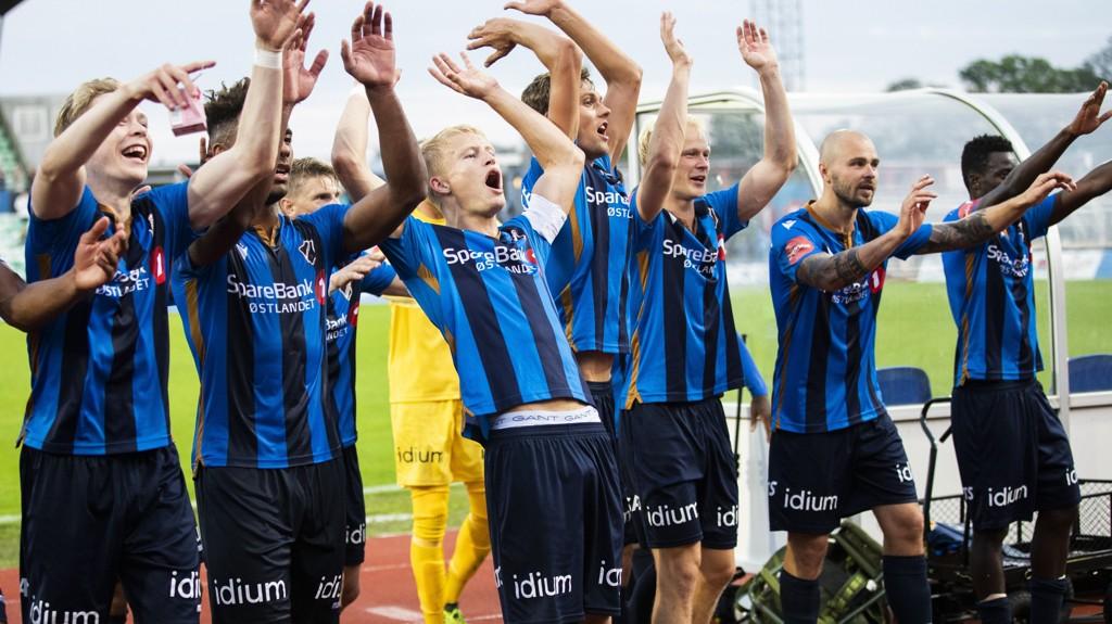 Stabæk-sspillernee jubler foran hjemmefansen etter 2-1 seieren hjemme mot Strømsgodset i hjemmekamp.