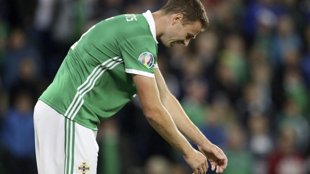 Leicester's Jonny Evans er blant de mest kjente spillerne på Nord-Irland. Her fortviler Evans etter at Tyskland har gått opp i 2-0 ledelse i EM-kvalifiseringskampen på Windsor Park i september.