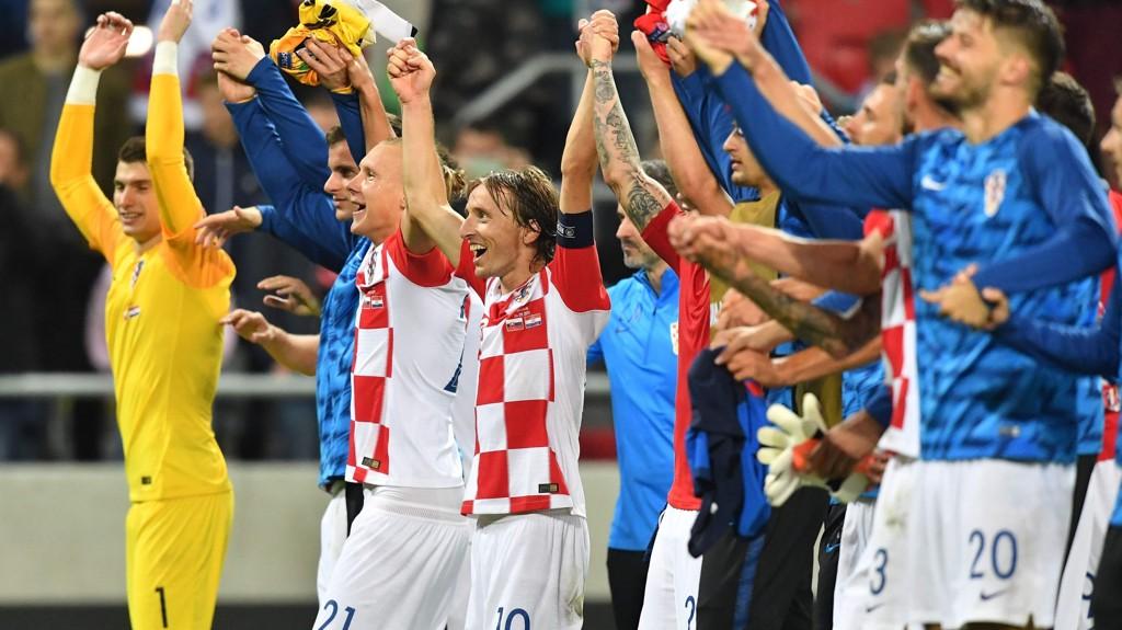 Luka Modric og Kroatia er blant midtukekupongens største favoritter i sitt hjemmemøte med Ungarn i kveld. Her jubler Modric og hans lagkamerater etter 4-0 seieren borte mot Slovakia i september.