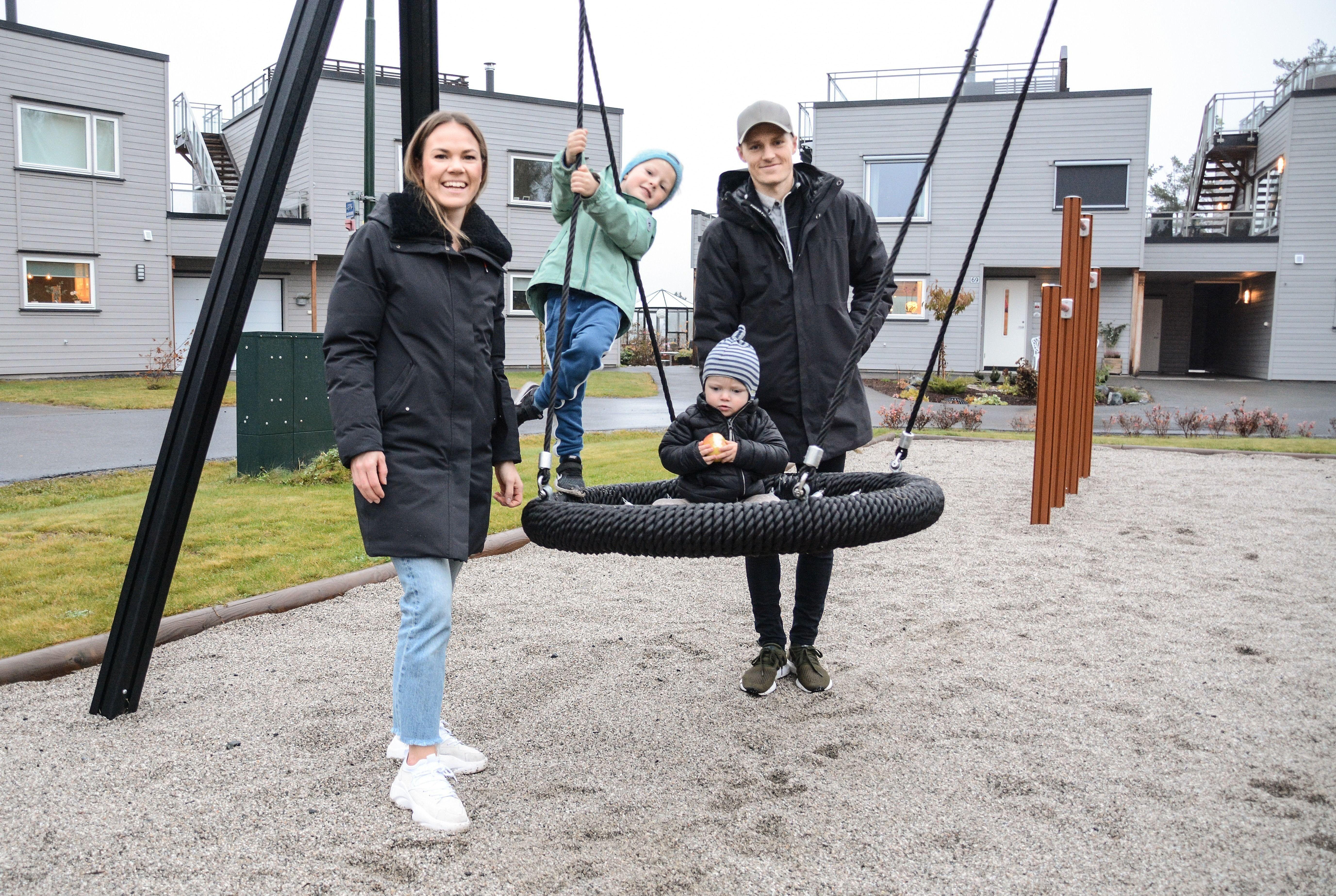 Marthe Brokke Skjelde og Per Christian Fosse flyttet til Gamlegrendåsen Nord for snart ett år siden. Her trives liten og stor.