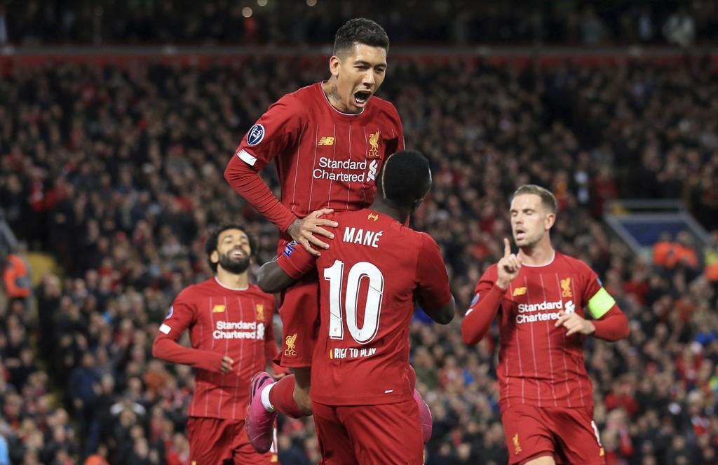Roberto Firmino og Sadio Mane feirer Liverpools første scoring i kampen mot FC Salzburg i Champions League. Vi tror Liverpool-spillerne får mer å juble for søndag kveld.