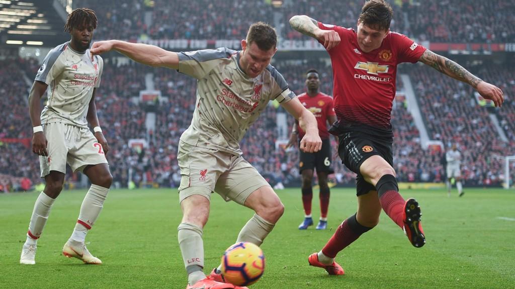 Liverpools James Milner i duell med Manchester United's Victor Nilsson Lindelöf i forrige sesongs Premier League-kamp mellom Manchester United og Liverpool på Old Trafford. Den kampen endte 0-0.