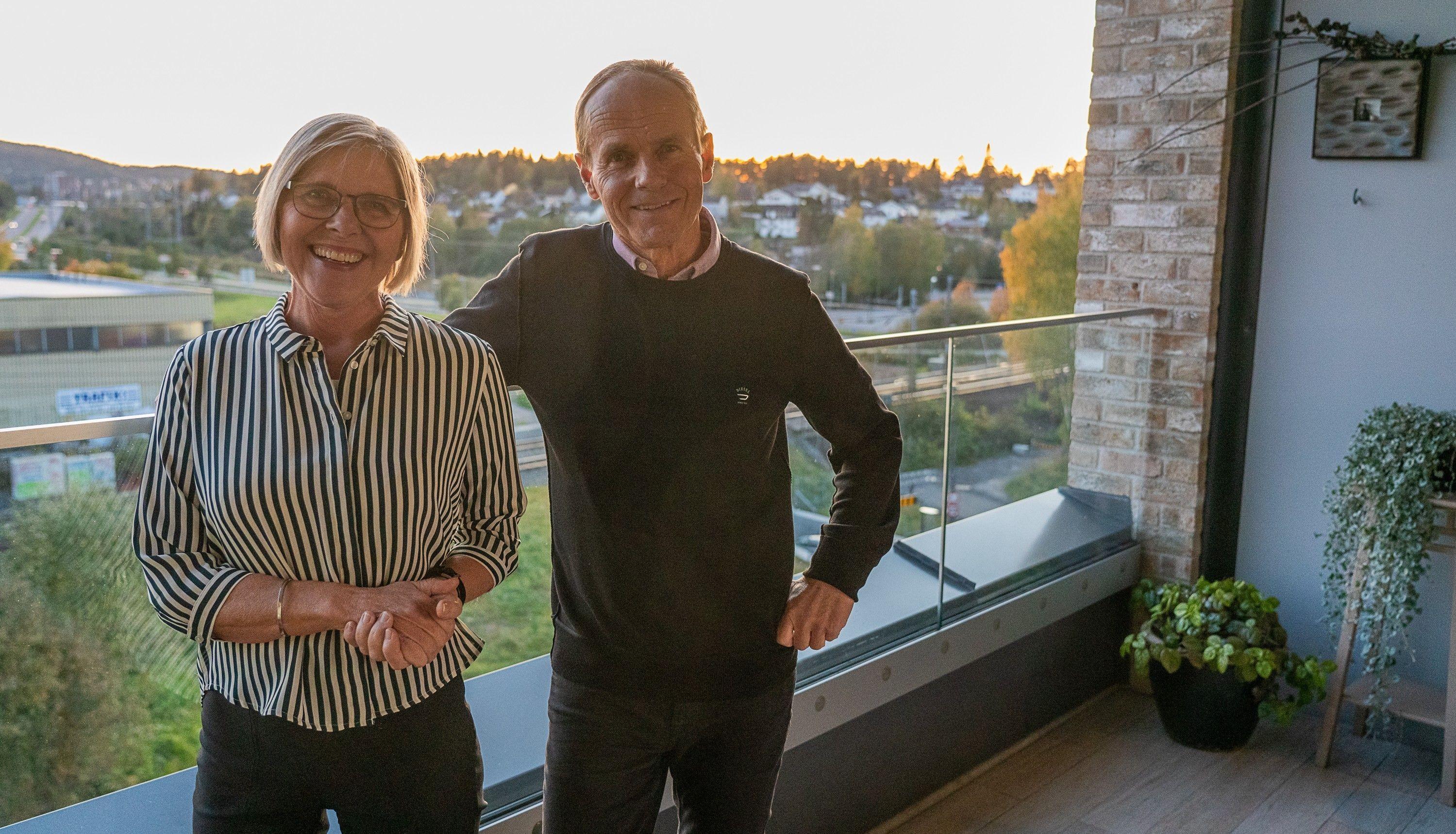 Bente og Hein setter stor pris på sin usjenerte balkong i toppleiligheten i Lørenskog Stasjonsby.