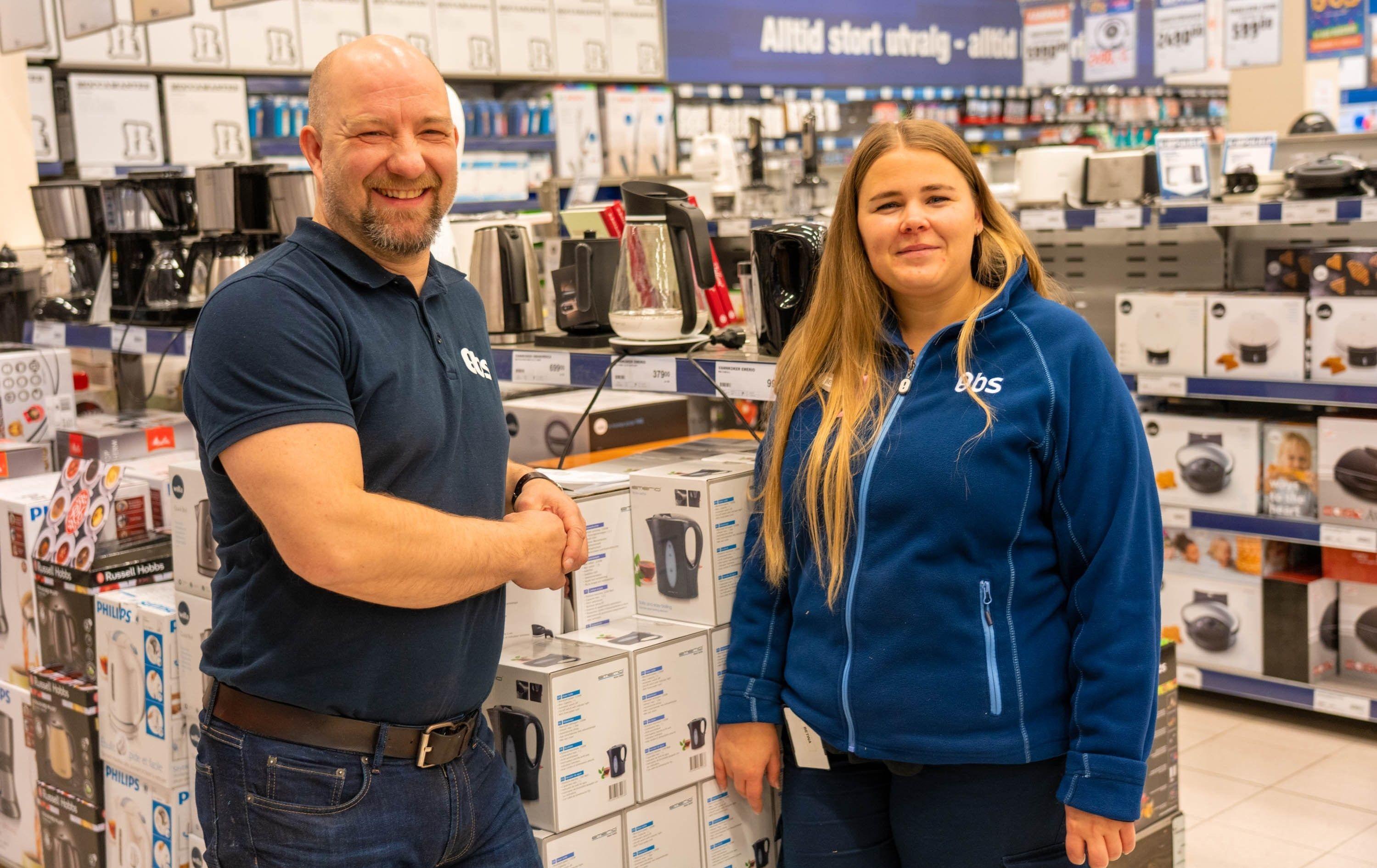 Varehussjef Frode Vikholt og Betina Tømte på OBS Olrud gleder seg til å ta imot kundene under Black Week.