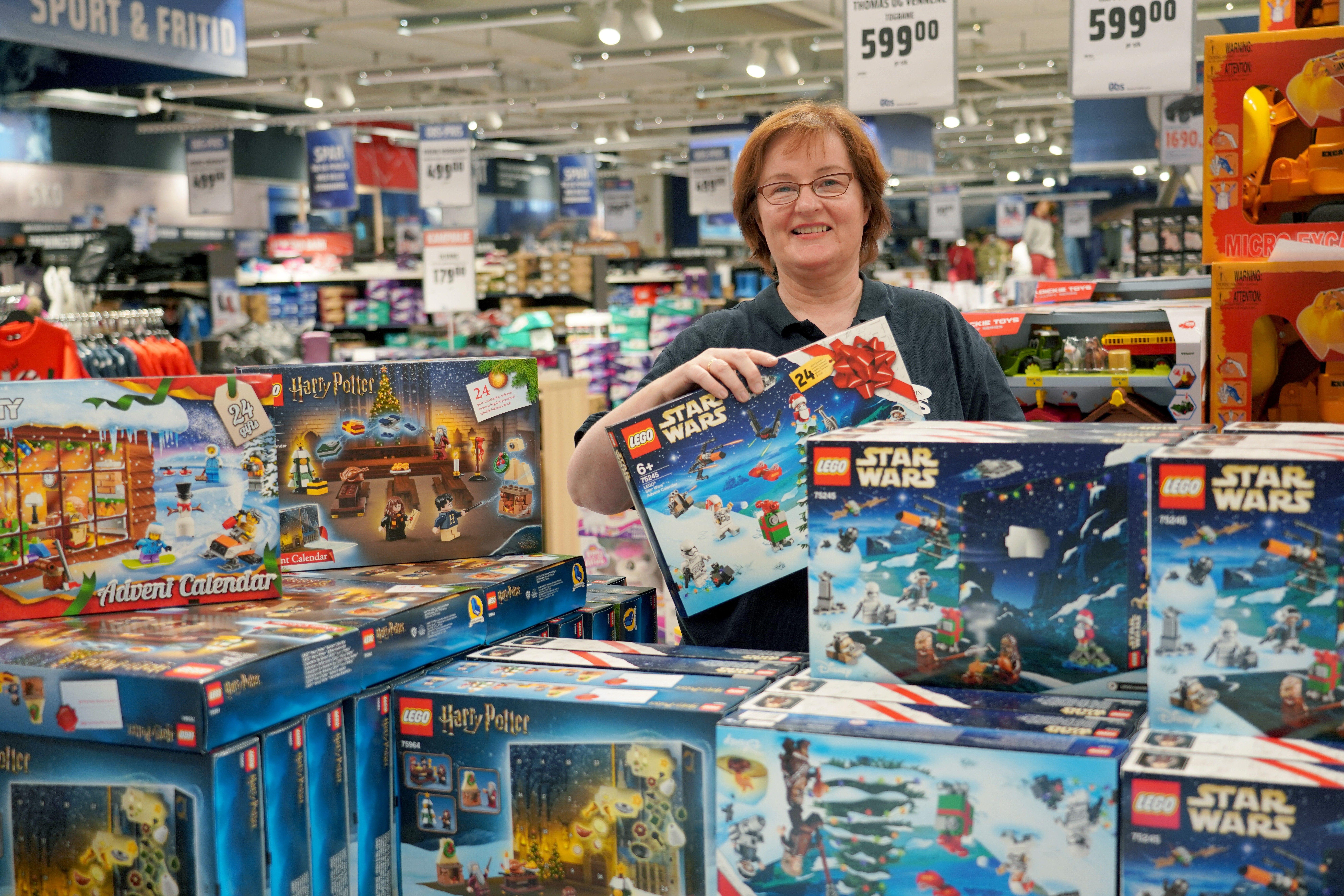 Ann Karin pakker ut adventskalendere og leker, og gjør avdelingen klar til Black Week.