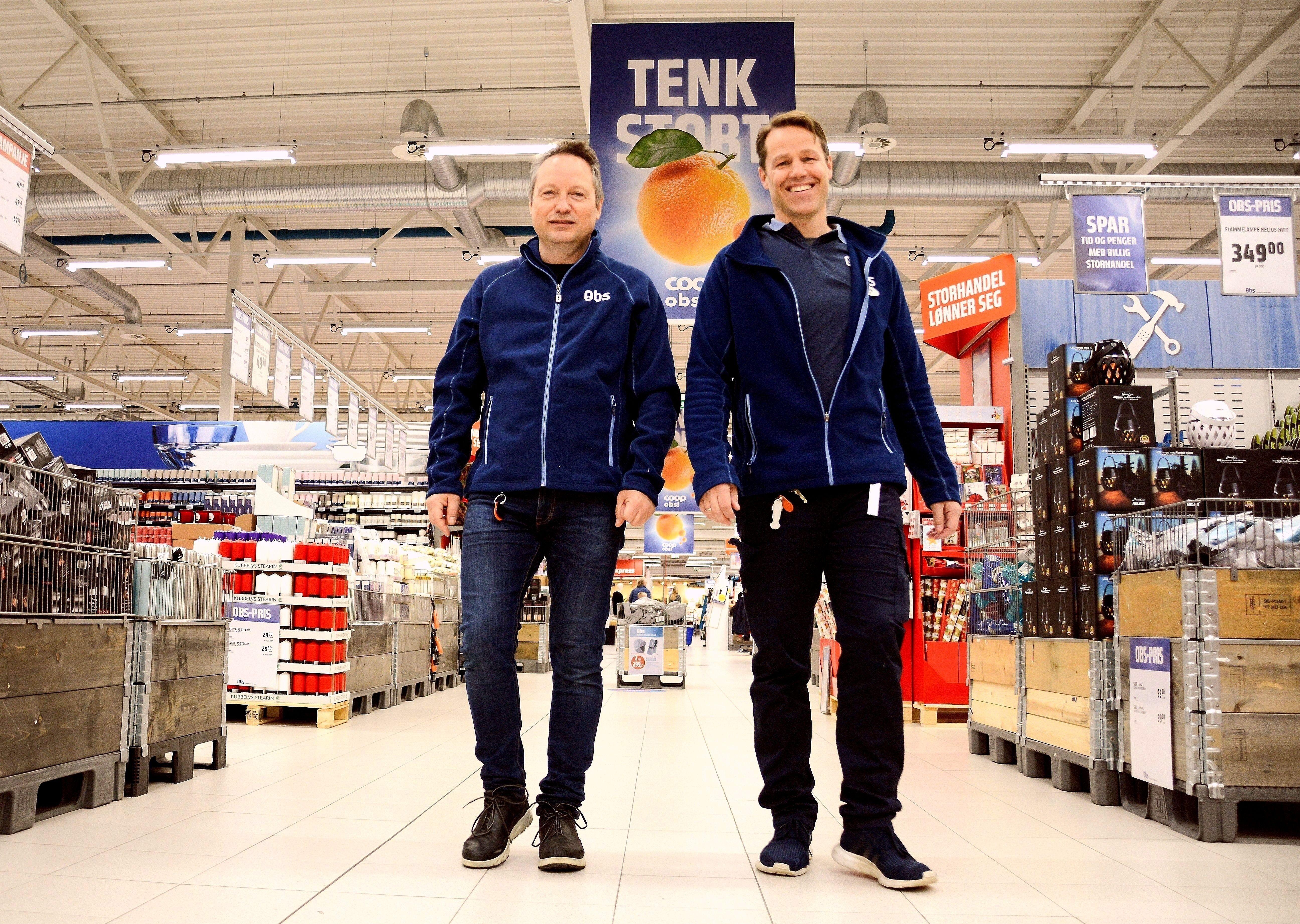 Den nye varehussjefen Stig Jensen (t.v) tar over for Paul Petter Nyhus Jenssen (avt. varehussjef). Begge ønsker deg velkommen til Obs Krokstadelva for en fin førjulshandel og ekstra gode tilbud under Black Week.
