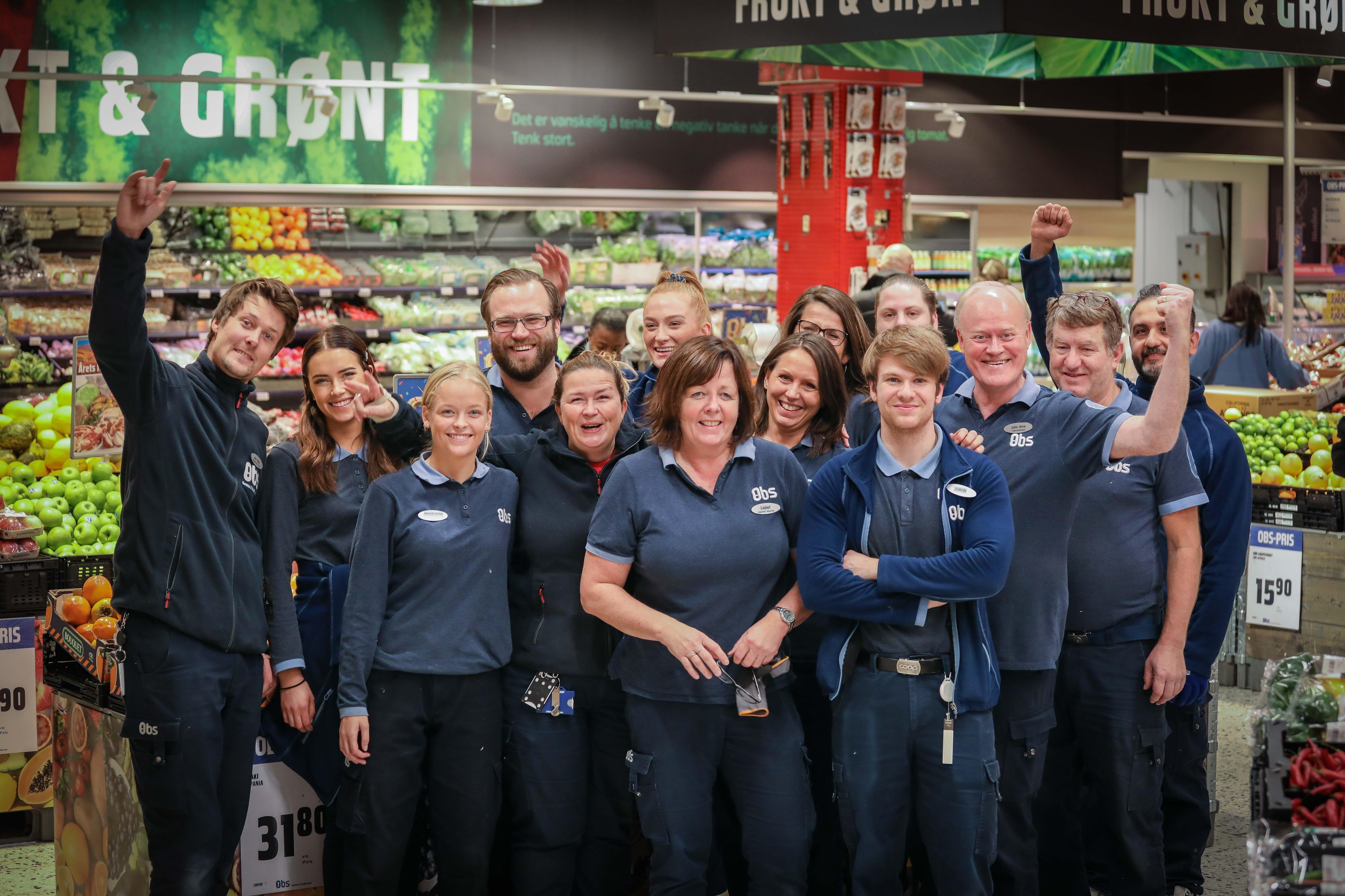 Disse fantastiske ansatte ønsker kundene velkommen til en hyggelig og smart handel på Obs Vinterbro.