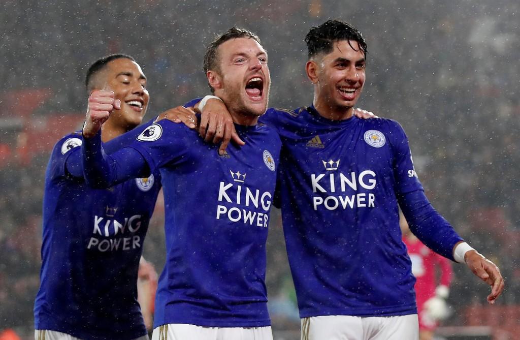 Jamie Vardy (midten) har scoret åtte mål på de åtte siste kampene mot Arsenal. Her jubler han sammen med Ayoze Perez etter at Leicester banket Southampton 9-0.