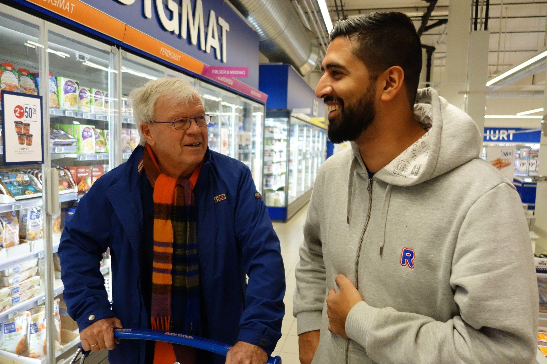 GOD TONE: Gunnar Knutsen var kunde i butikken Munir drev tidligere. Nå kjører han omvei for å kunne fortsette å handle av den blide kjøpmannen.