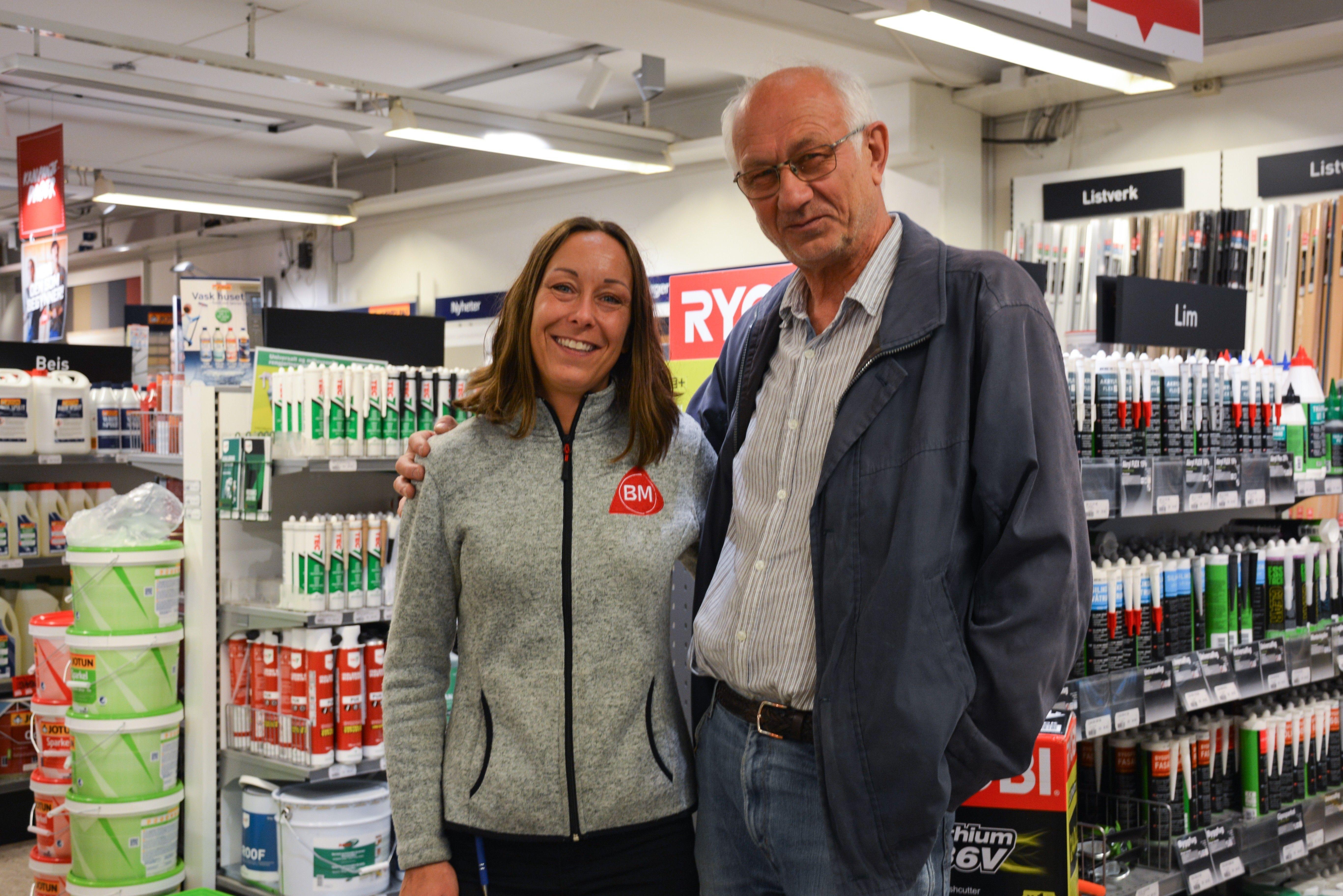 Lena Sønju, salg - og markedsansvarlig, og Ulf Vidar Grønli kjenner hverandre godt. Ulf Vidar har vært kunde i over 15 år og setter ekstra pris på den gode servicen de har ved Byggmakker Eiker.