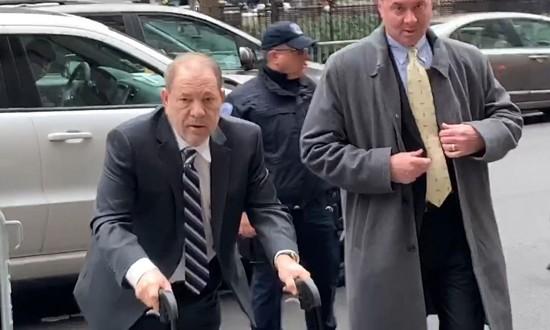 Harvey Weinstein på vei inn i retten på Manhattan