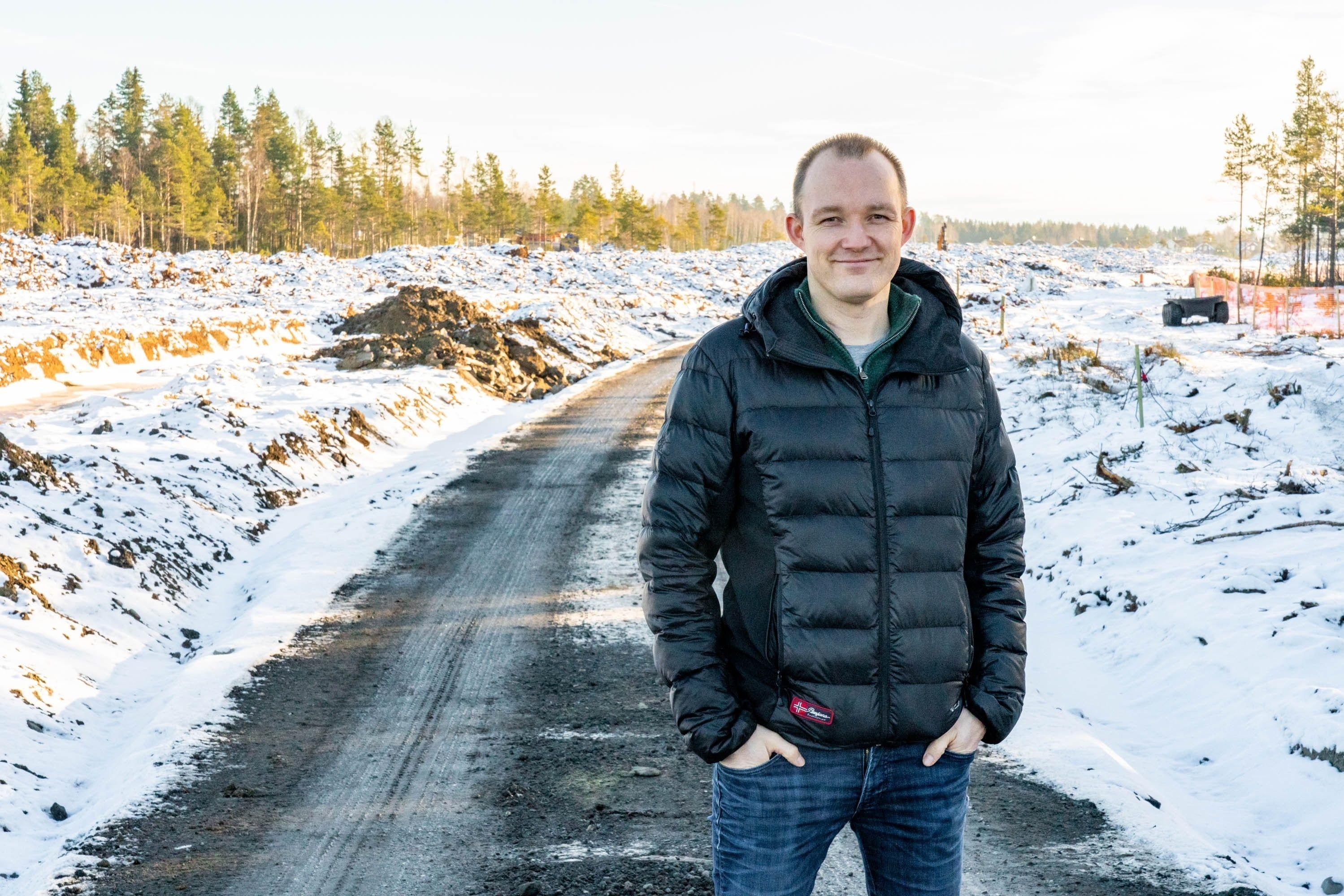 Tor Eivind Nordby Vik viser frem området Bjørkeåsen som er under utvikling.