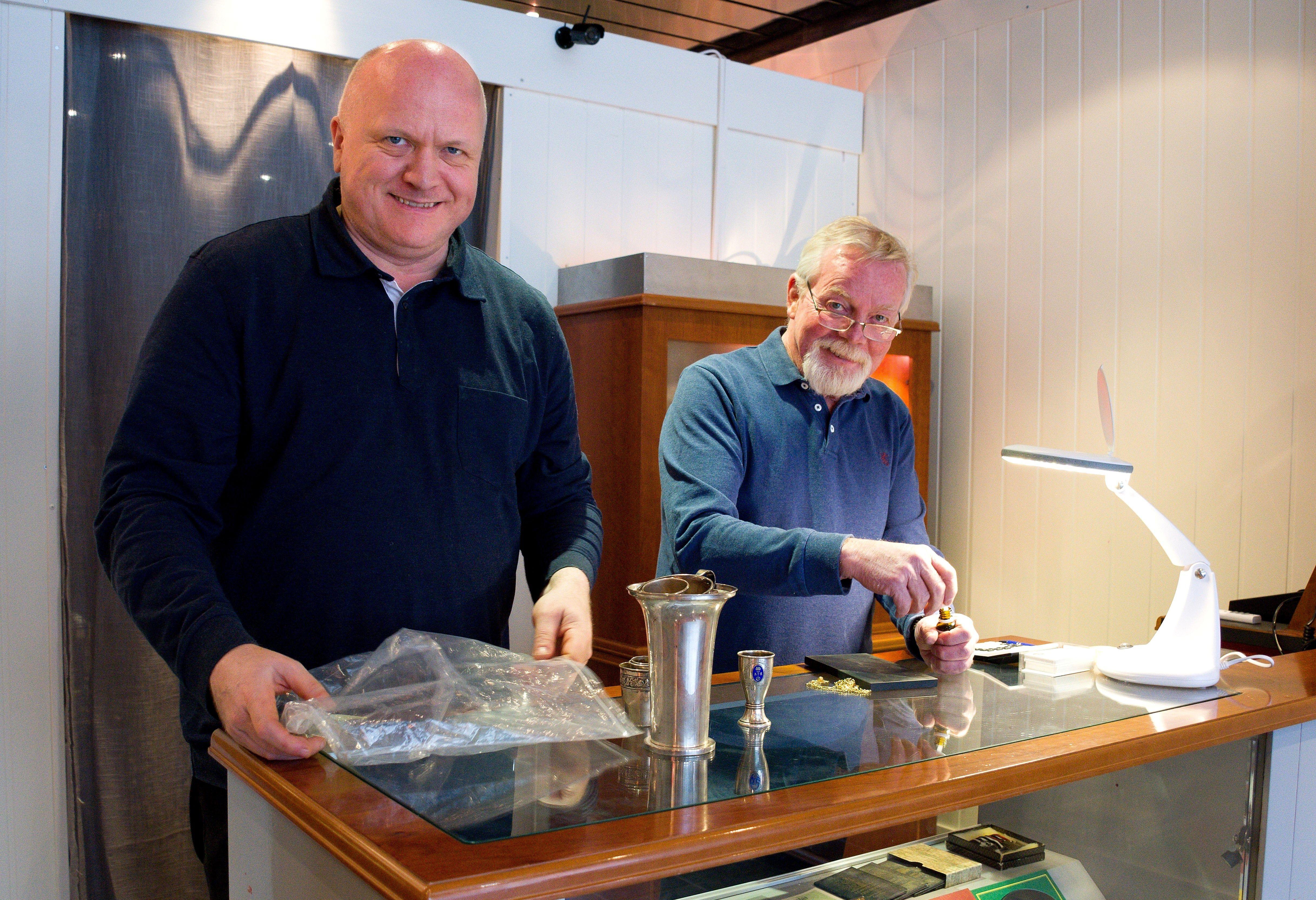 Thomas Fehn (t.v) og Rolf Botilsrud ønsker velkommen til en trygg handel hos Aladdin Gull, Sølv og Mynter. De har butikker på Strømmen og i Drammen. (bildet er tatt ved en tidligere anledning)