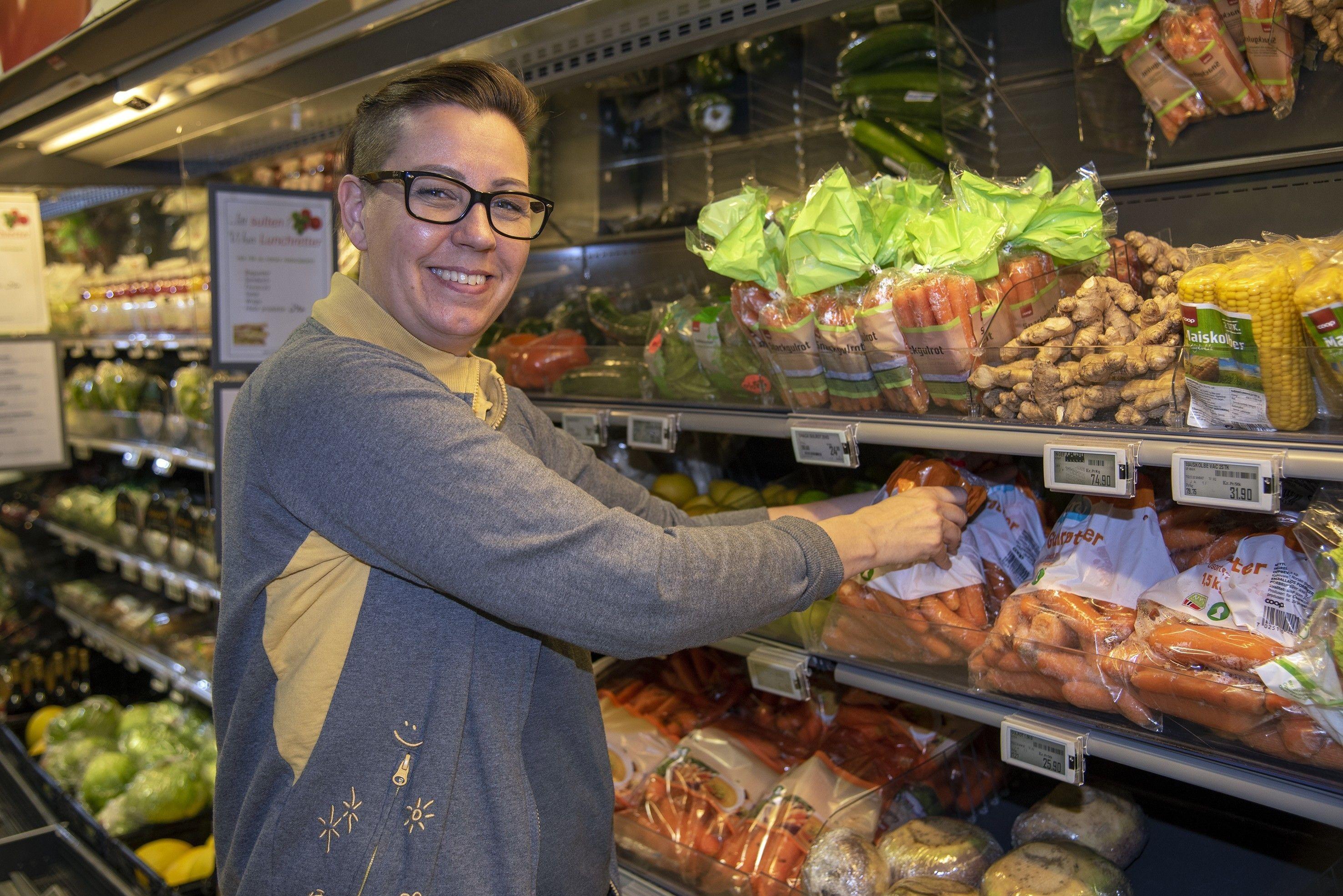 Butikksjef Merethe Bjerknes forteller at kundene hos Coop Prix Vestfossen foretrekker norsk frukt og grønt.