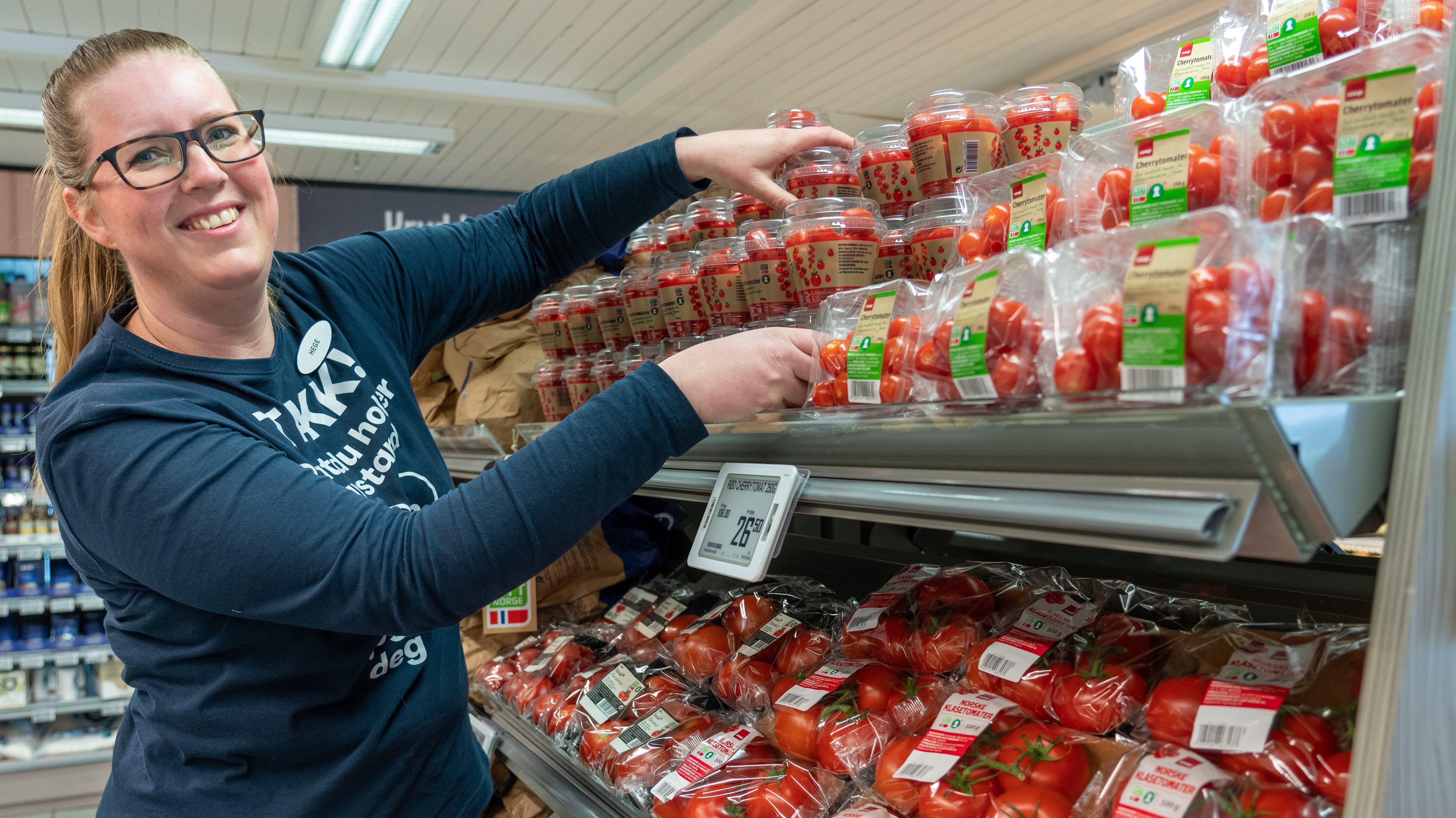 SATSER PÅ FRUKT OG GRØNT: Coop Prix Drangeid satser på norsk frukt og grønt, og butikksjef Hege Kaland sin personlig favoritt er perletomater.