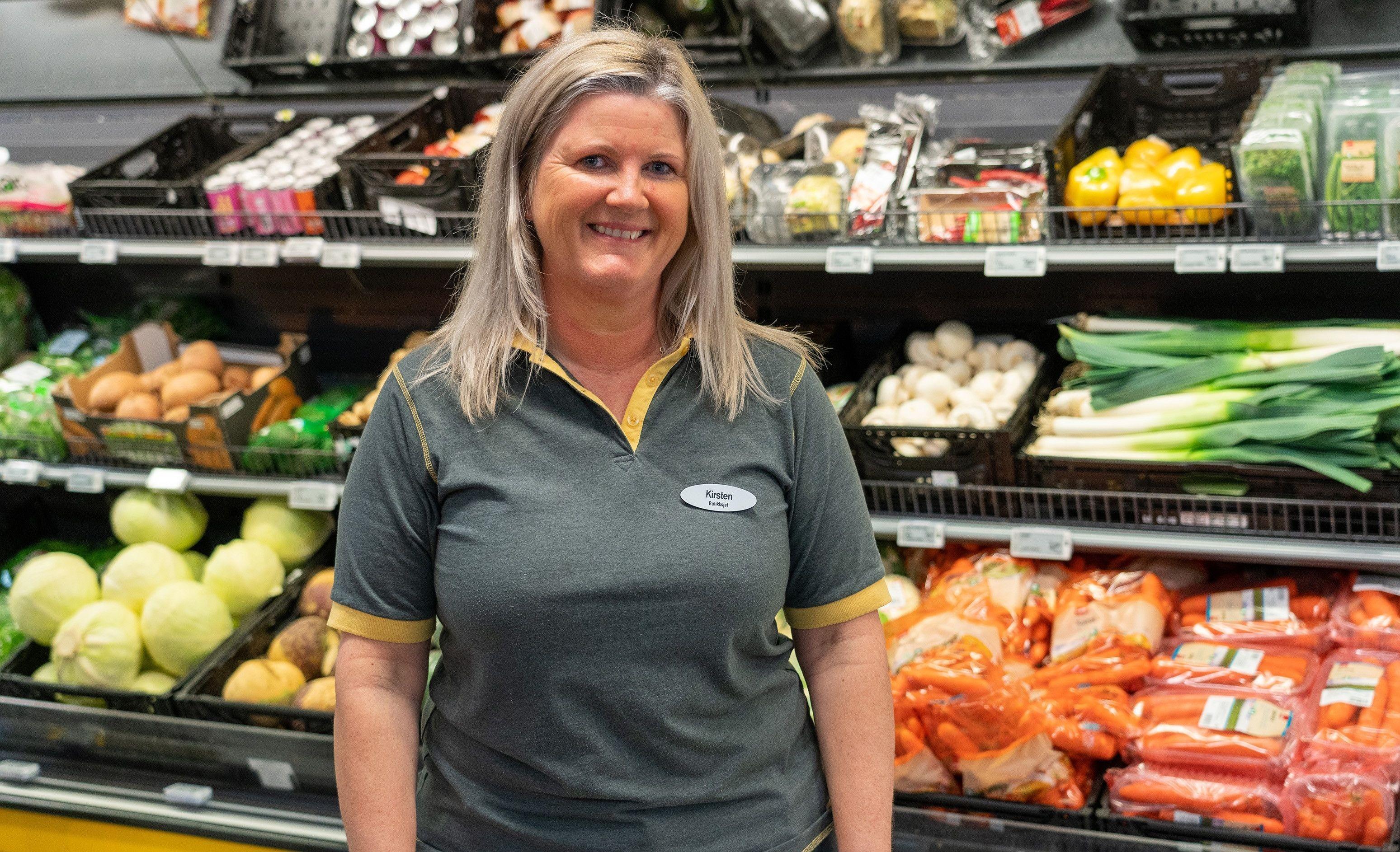 SATSER PÅ FRUKT OG GRØNT: Butikksjef Kirsten Sørheim Coop Prix og de ansatte ved Grødem sørger for at kundene alltid møter en velfylt frukt- og grøntdisk.