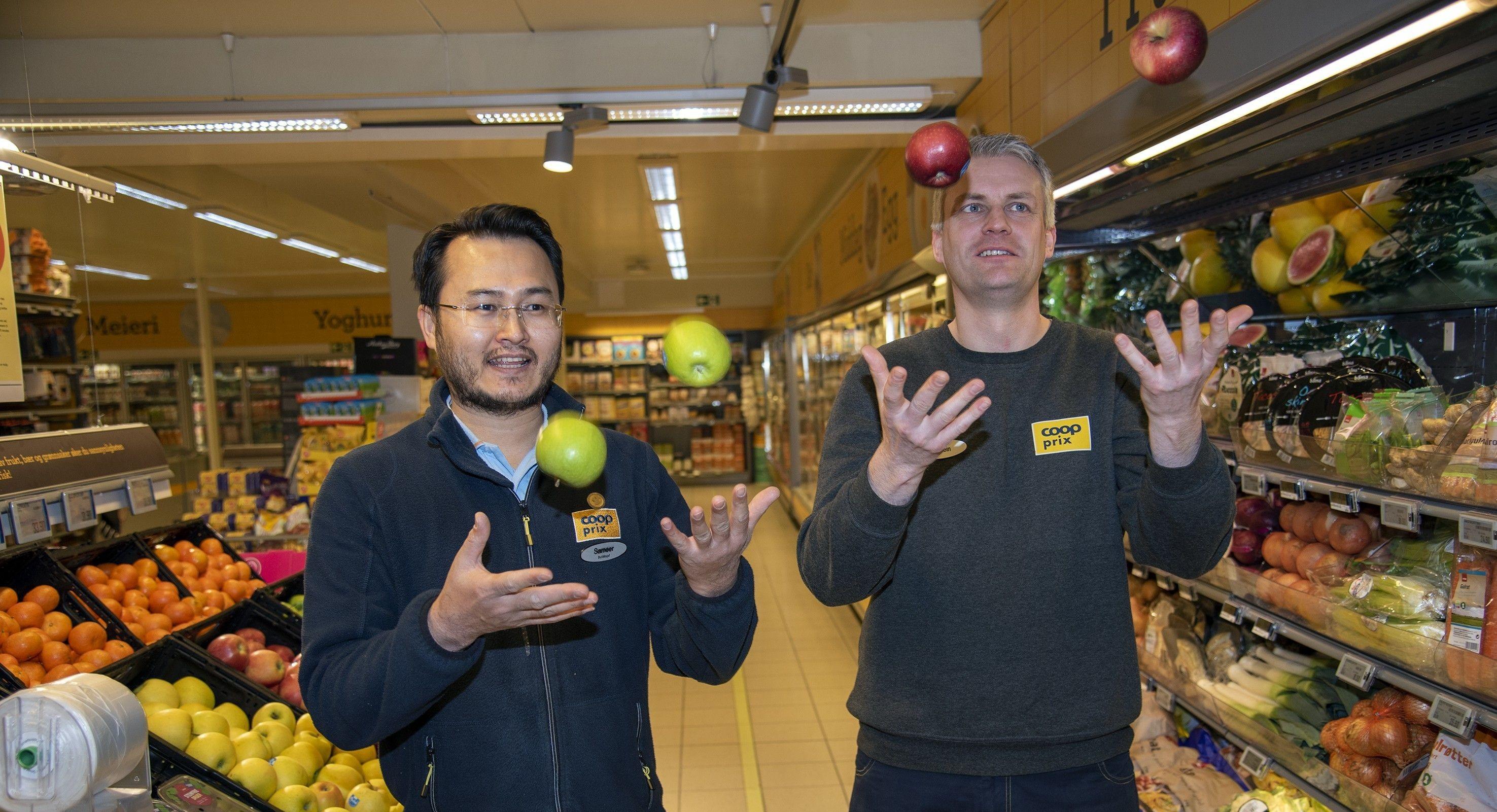 SATSER PÅ NORSK FRUKT OG GRØNT: Butikksjef Sameer Nazari og de ansatte ved Coop Prix Geithus sørger for at kundene alltid møter en velfylt frukt- og grøntdisk.