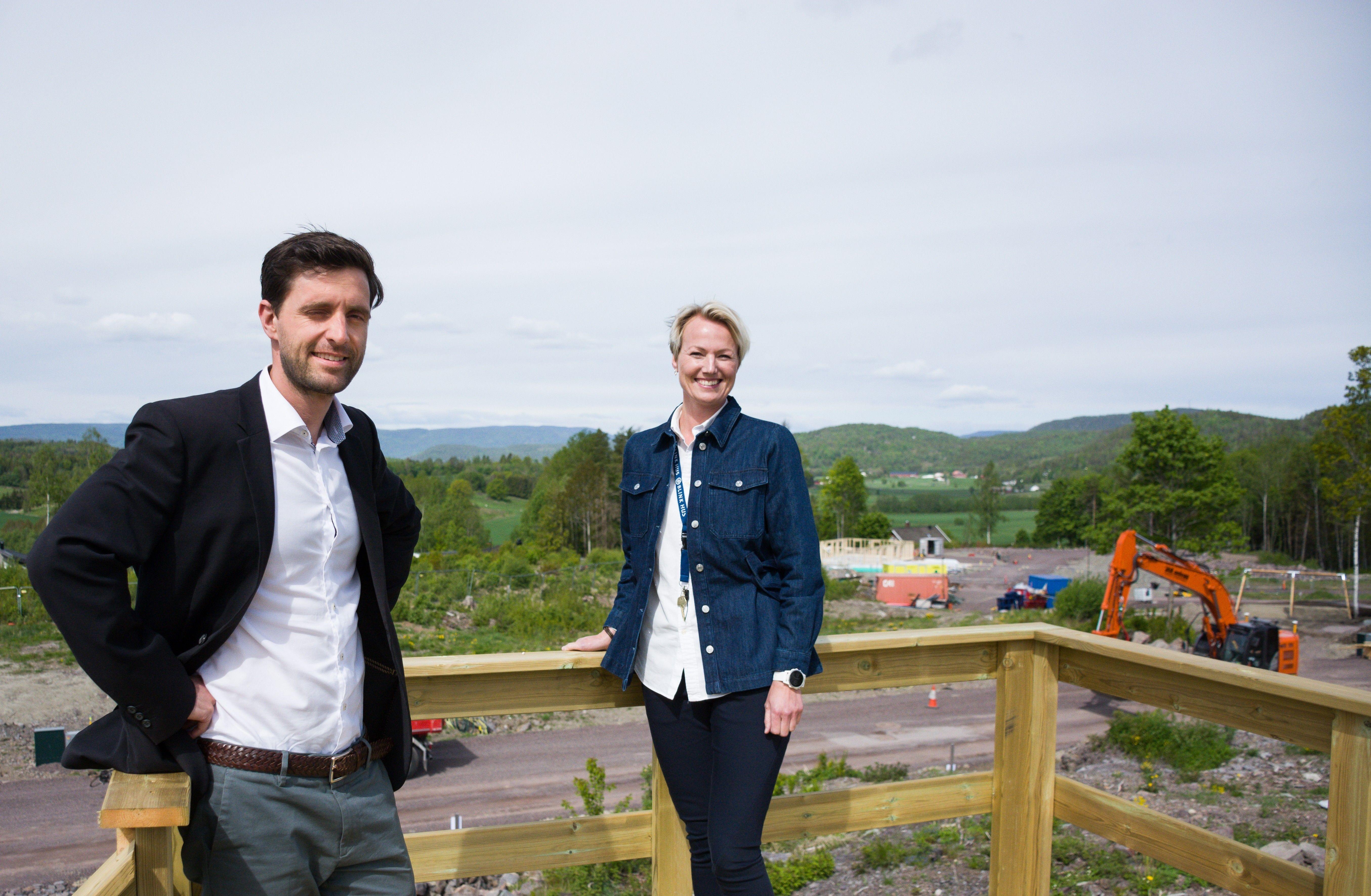 Christian Gjesdal Udgaard, daglig leder ved Nordvik Drammen og Kristin G. Søraker, salgsleder Prosjekt BoKvalitet AS, ønsker velkommen til Solenga - et nytt prosjekt med flott beliggenhet.
