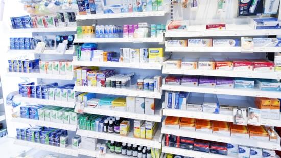 Produkthyller i apotek.
