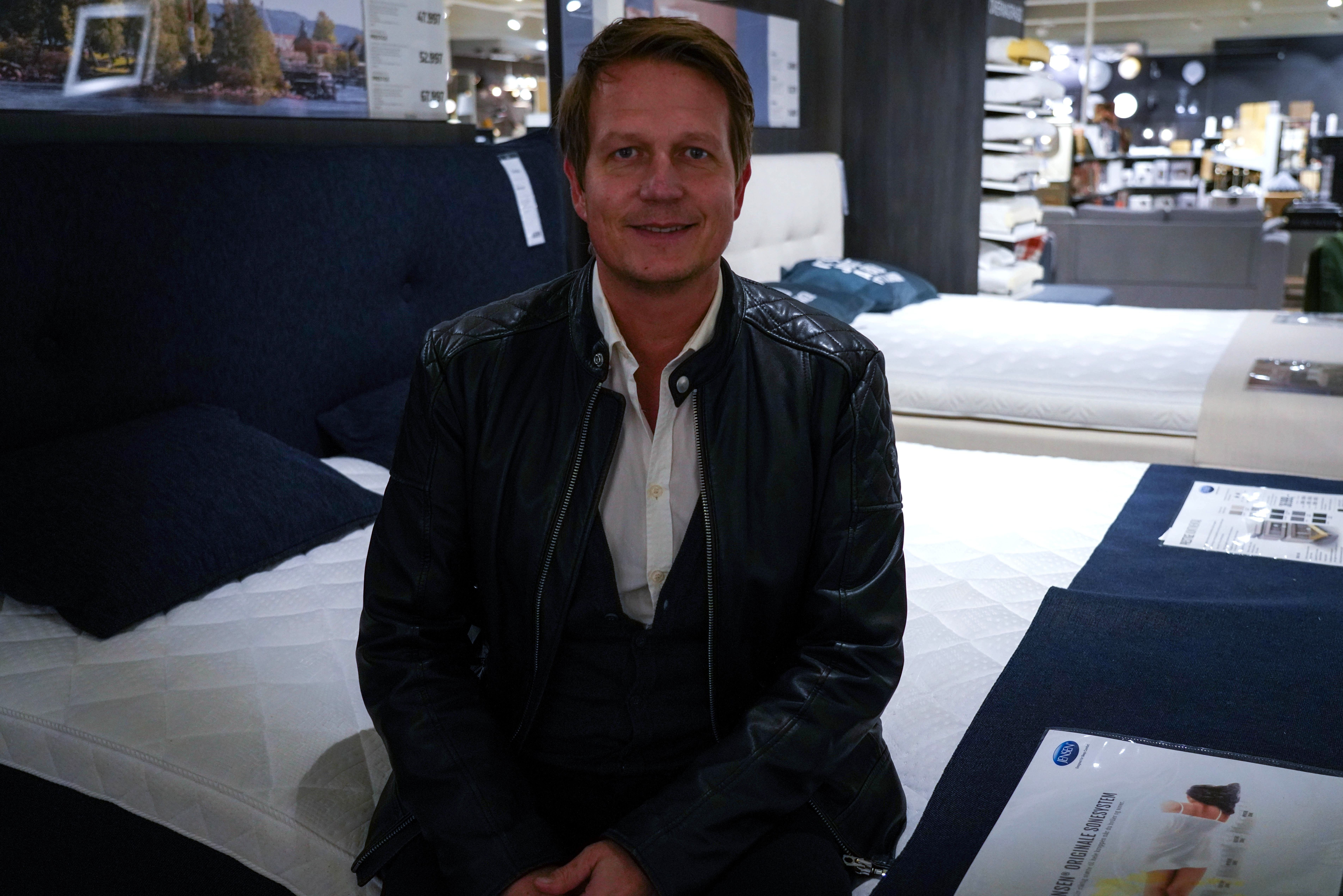 STRÅLENDE FORNØYD: Kent Johnsen kjøpte sengen Jensen prestige på Bohus Gjøvik nylig.
