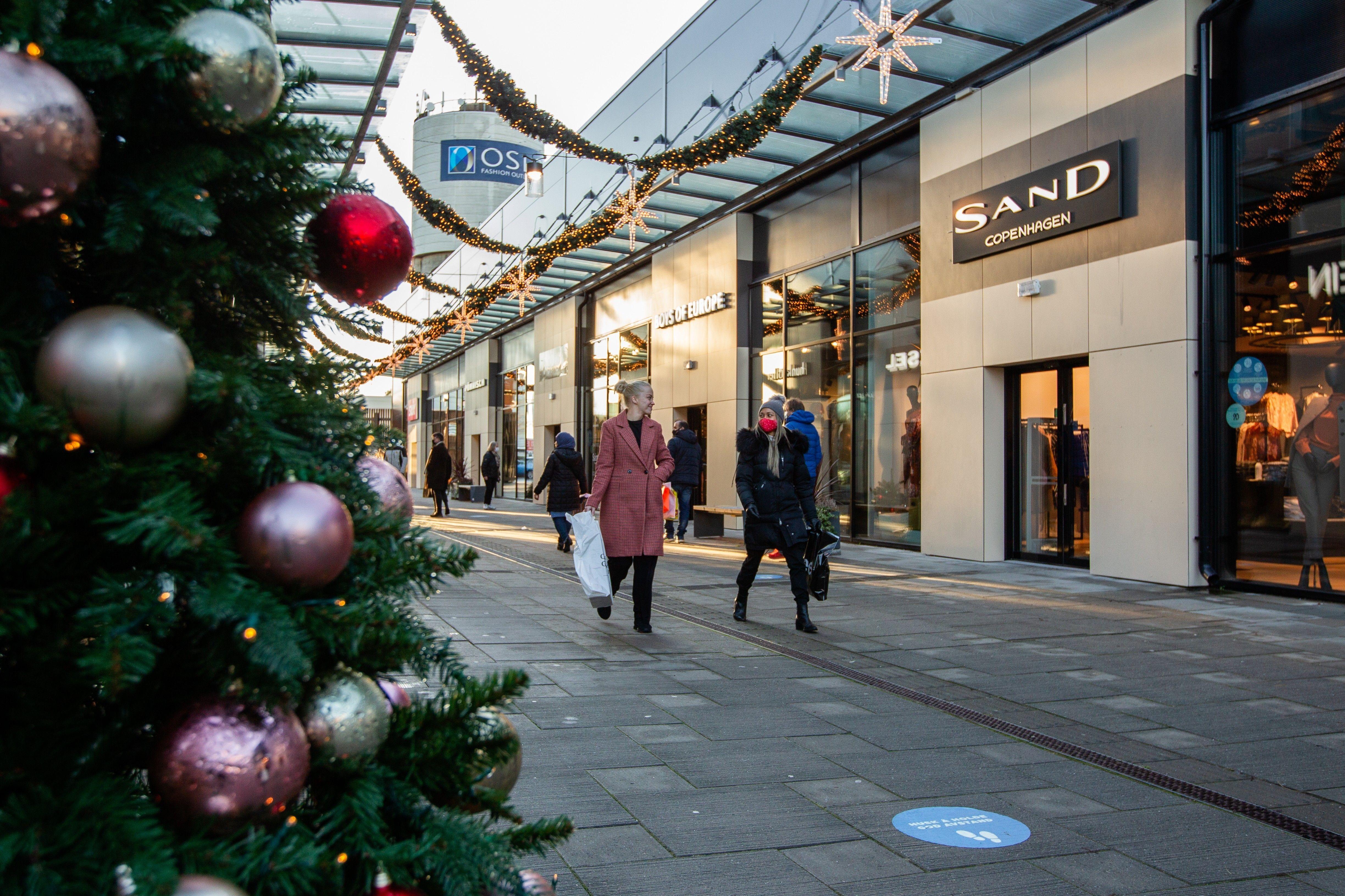 Gatene i senteret er julepyntet og alt er lagt til rette for en trygg og god handleopplevelse på Oslo Fashion Outlet i desember. Alle foto: Christine Heim/Amedia Innholdsbyrå