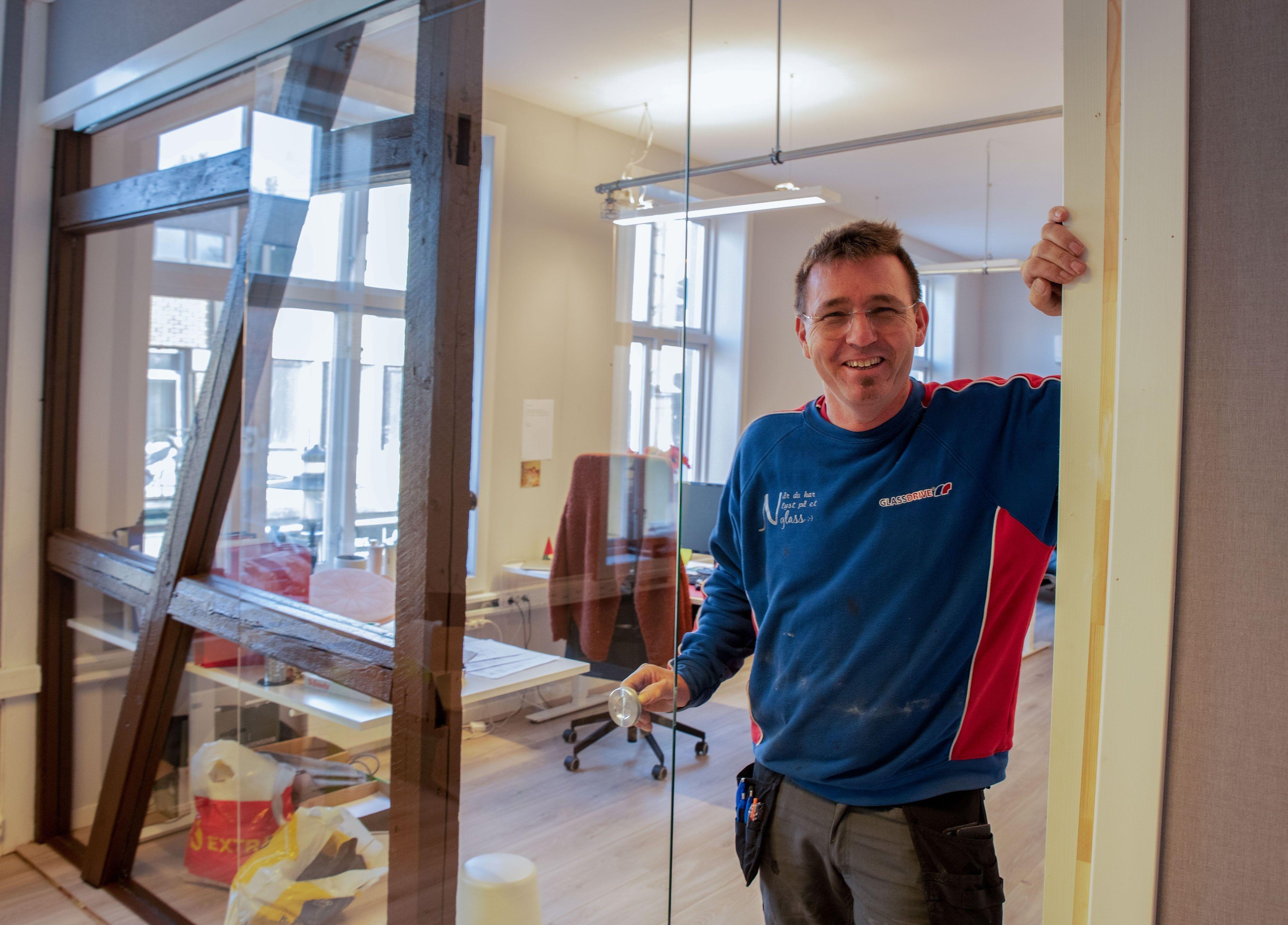 SKREDDERSYDDE LØSNINGER I GLASS: Vi finner de beste løsningene for kundene våre og legger vår stolthet i å levere skikkelig håndverkskvalitet, forteller daglig leder ved Nenset Glassverksted AS, Morten Mitchell.
