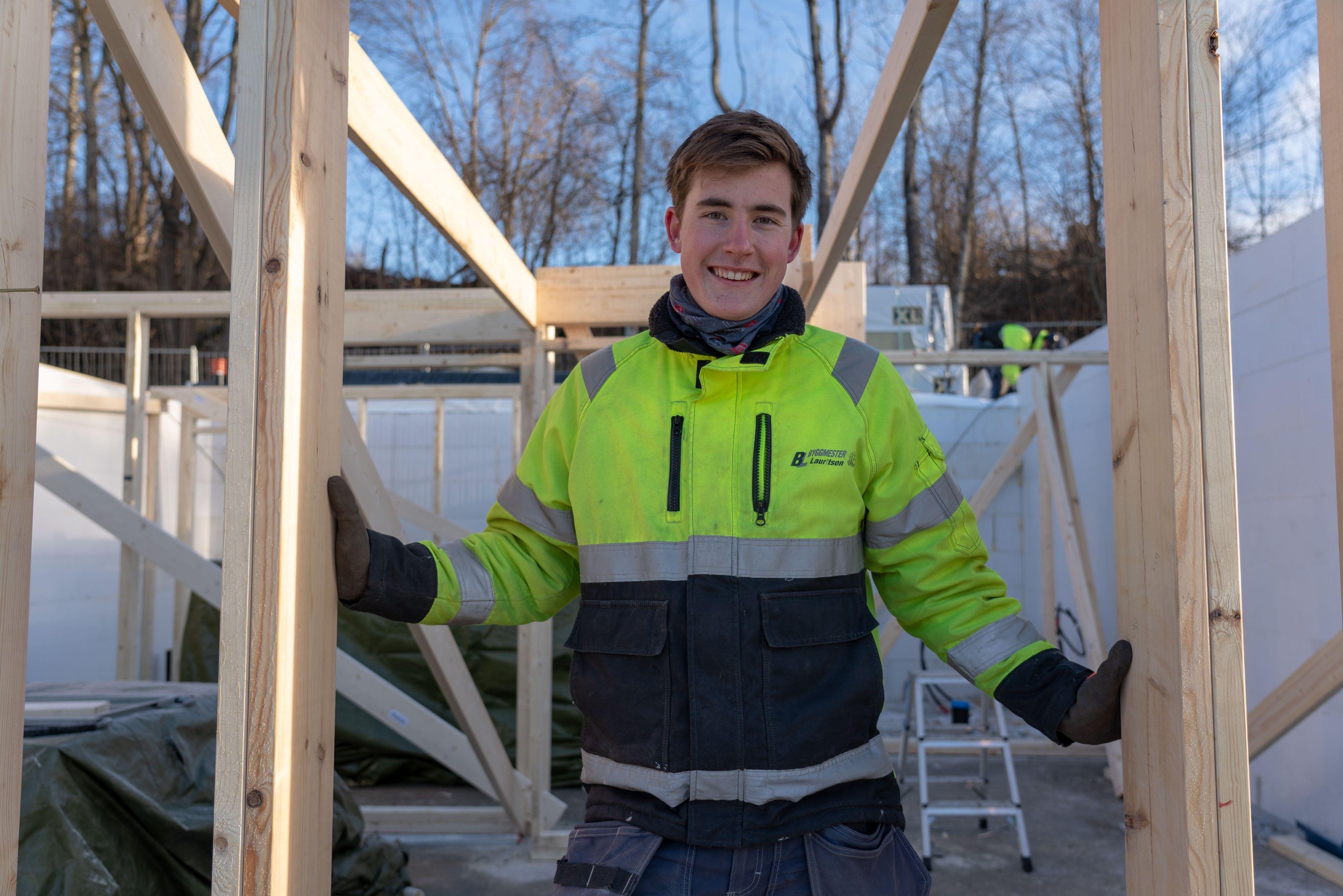 FULGTE SNEKKERDRØMMEN: Preben Østby (18) har alltid likt å være ute og jobbe praktisk. For han var en utdannelse innen byggfag det riktige valget.