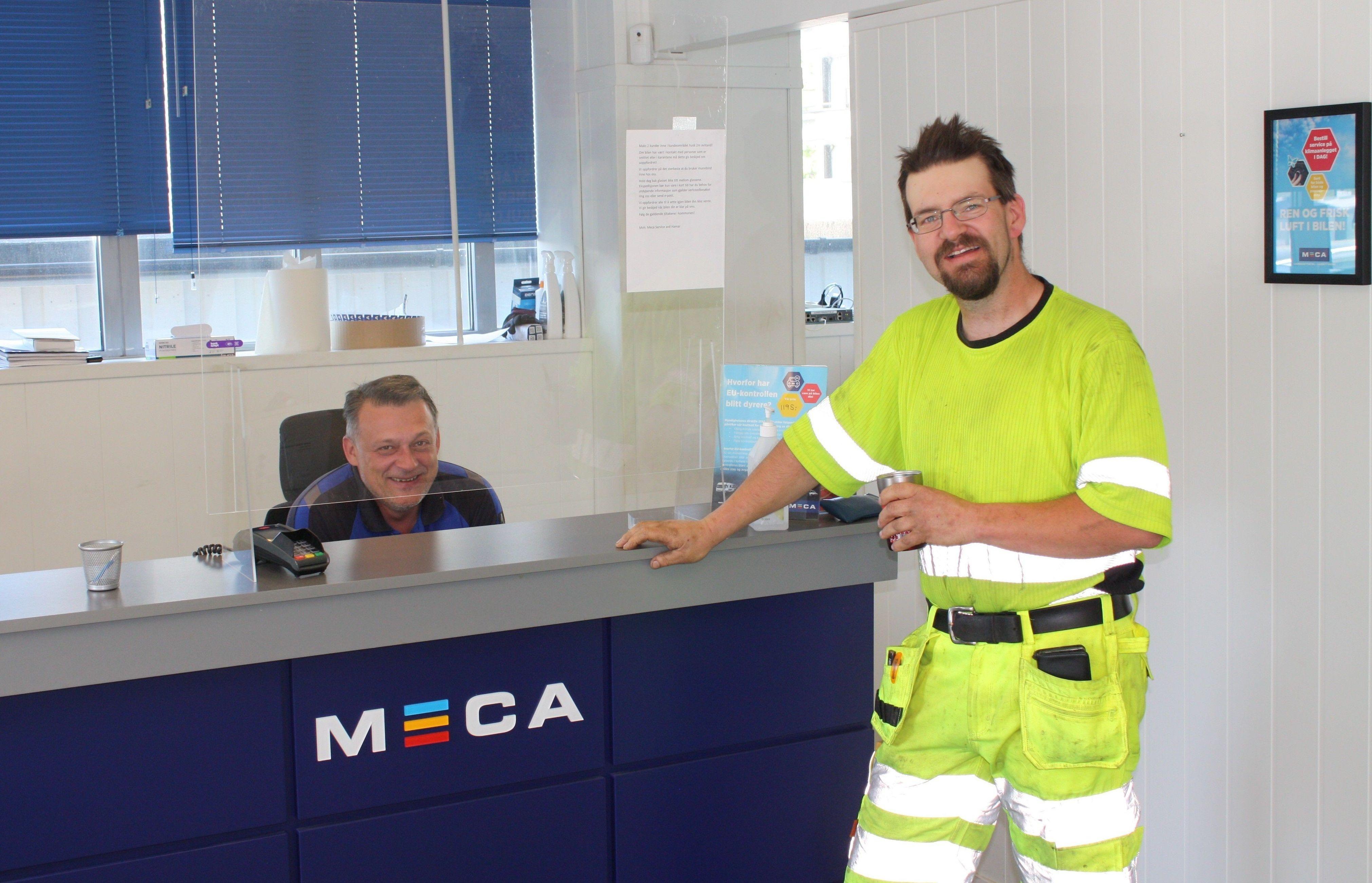 FORNØYD: Hans Håkon Mytting slår av en prat med avdelingsleder på Meca Service Hamar, Christian Klaus.