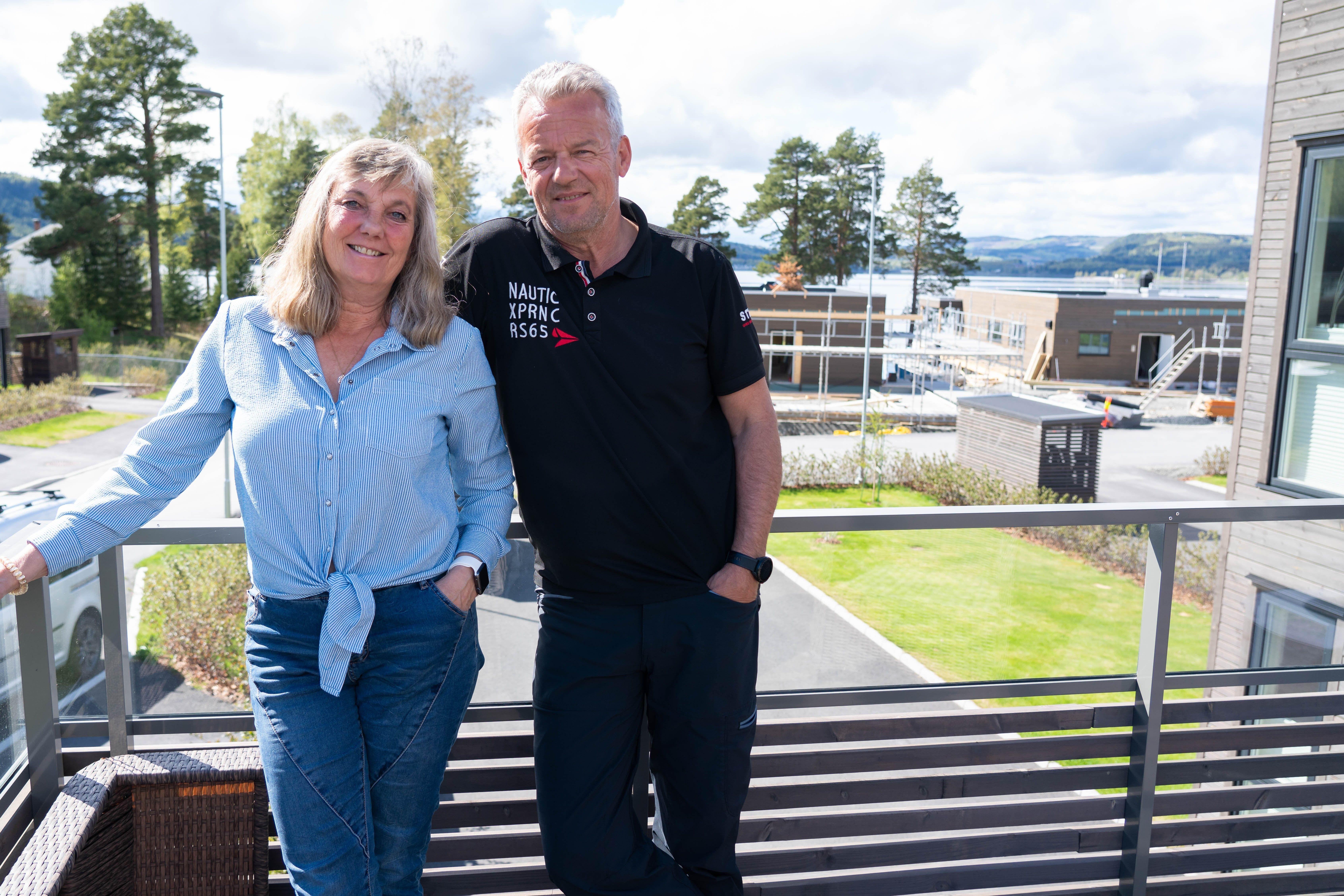 NYTER HVERDAGEN: Anne-Lise og Roger Engeskaug har bodd i Strandvegen Panorama siden 2018, og har aldri angret på at de flyttet dit.
